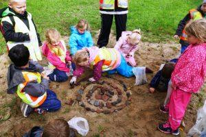 Kinder mit Steinen aus dem Vulkan